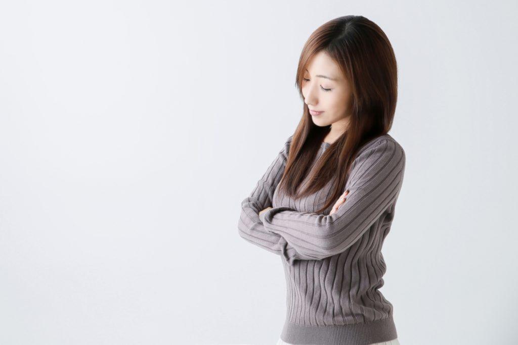 うつ病の原因について考える女性